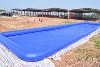 Quadrado inflável o maior azul feito sob encomenda da associação de água acima da associação de água salgada à terra